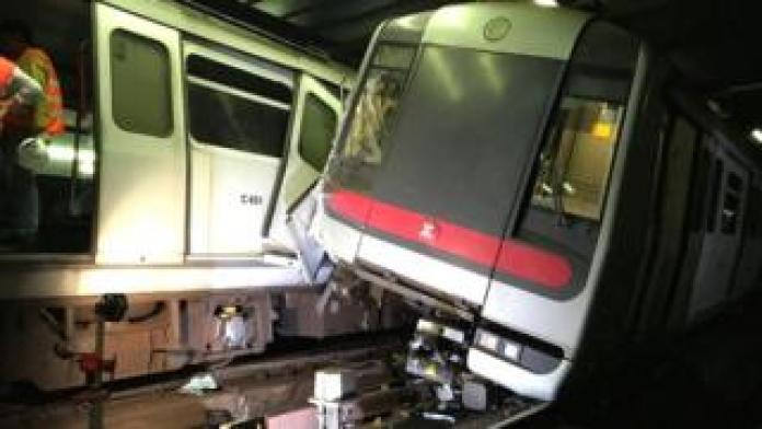 Massentritibahnzüge (MTR) kollidieren in der Nähe eines Hauptbahnhofs während eines Signalsystems in Hongkong am 18. März 2019