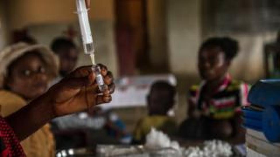 Les enfants attendent d'être enregistrés avant d'être vaccinés contre la rougeole en RD Congo.