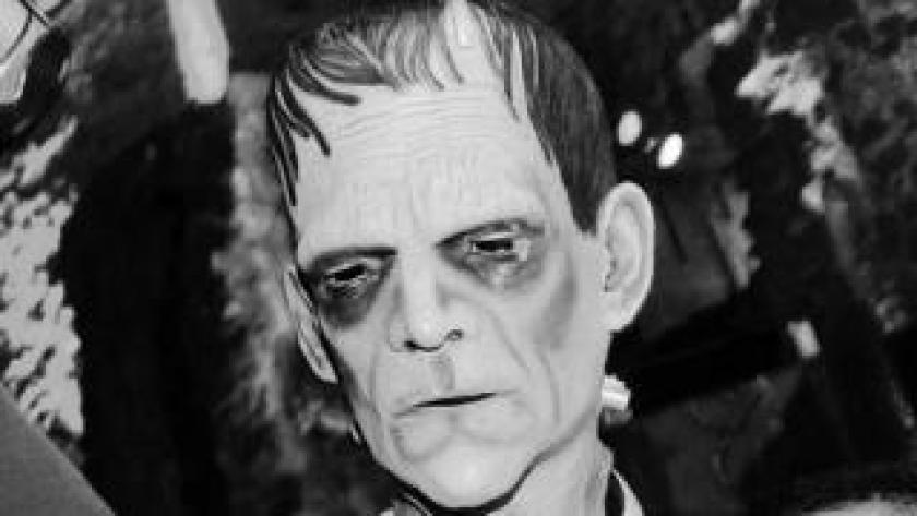 Un actor con una máscara del monstruo de Frankenstein