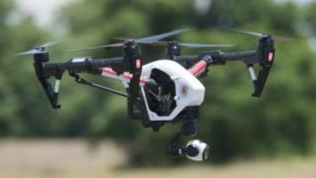 Le drone est équipé d'une caméra dont les images peuvent être vues en temps réel à distance, et enregistrées.