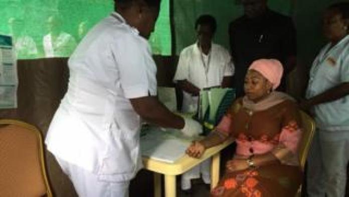Une députée qui se soumet à un test de dépistage du VIH