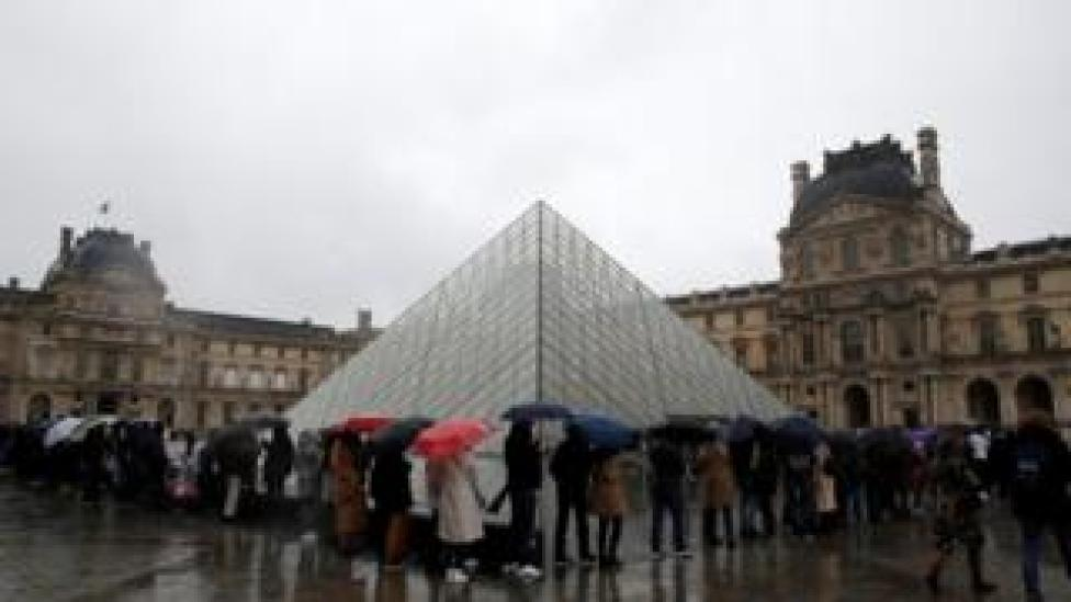 People queue up outside the Louvre on 1 March