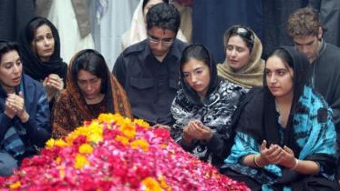 Benazir Bhutto's son Bilawal (centre), daughters Bakhtawar (right) and Aseefa (2nd right) at the assassinated prime minister's graveside in Ghari Khuda Baksh. Photo: 29 December 2007