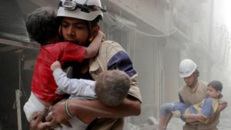 Xubnaha koofiya cad ayaa ka howlgalaa magaalada Aleppo ee waqooyiga Suuriya