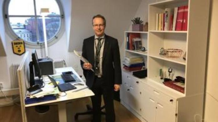 Deputado Per-Arne Håkansson em seu gabinete no Parlamento sueco
