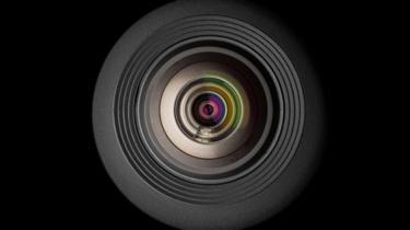 Uma lente de câmera sobre fundo preto