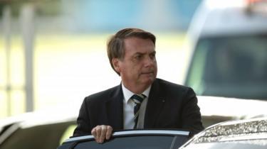 Bolsonaro entrando em carro