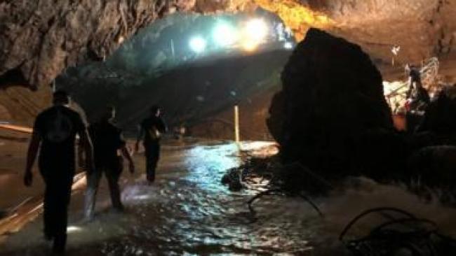 Rescatistas en el interior de la cueva.