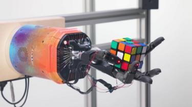 Robot Hand solving Rubik Cube