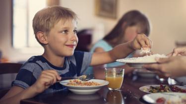 crianças comendo