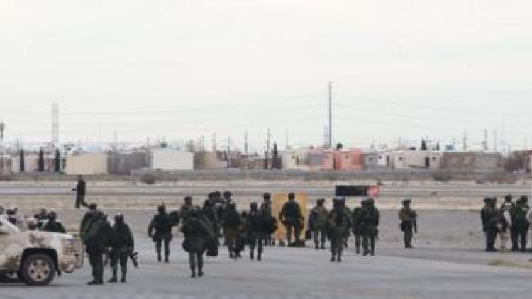 Los soldados mexicanos de guardia en el aeropuerto de Ciudad Juárez, donde el avión de El Chapo Guzmán se quitó
