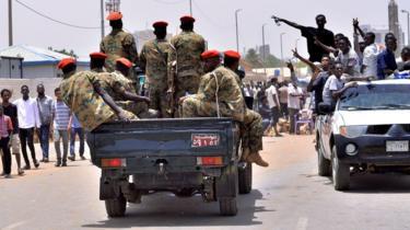 متظاهرون يحيون الجيش