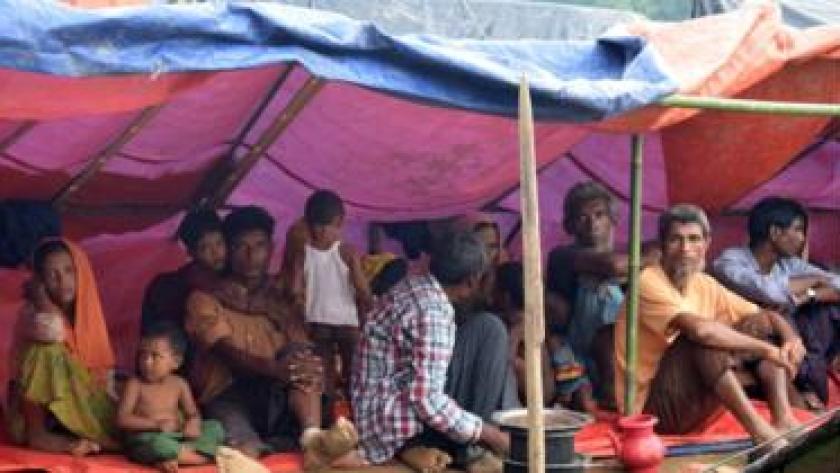 Pengungsi Rohingya beristirahat sementara di bawah tenda sementara di tengah lapangan di Ukhiya, Bangladesh, 3 September 2017.