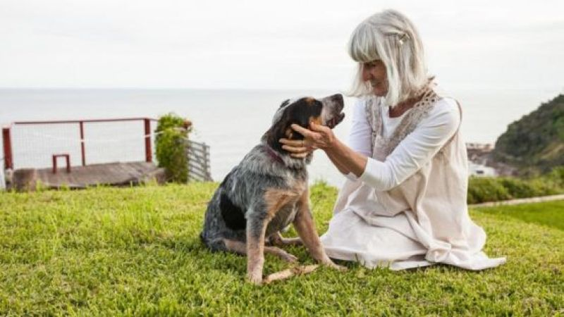 Mujer acariciando a su mascota.