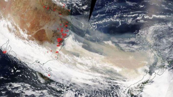 5 Ocak'ta alınan bu uydu görüntüsünde yangın dumanları Yeni Zelanda üzerinde görülüyor.