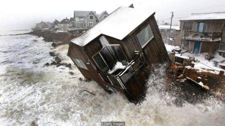 Imagem mostra casa sendo arrastada pelo mar agitado