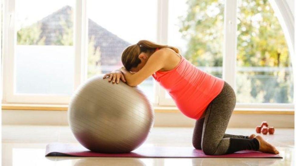Una mujer embarazada haciendo pilates