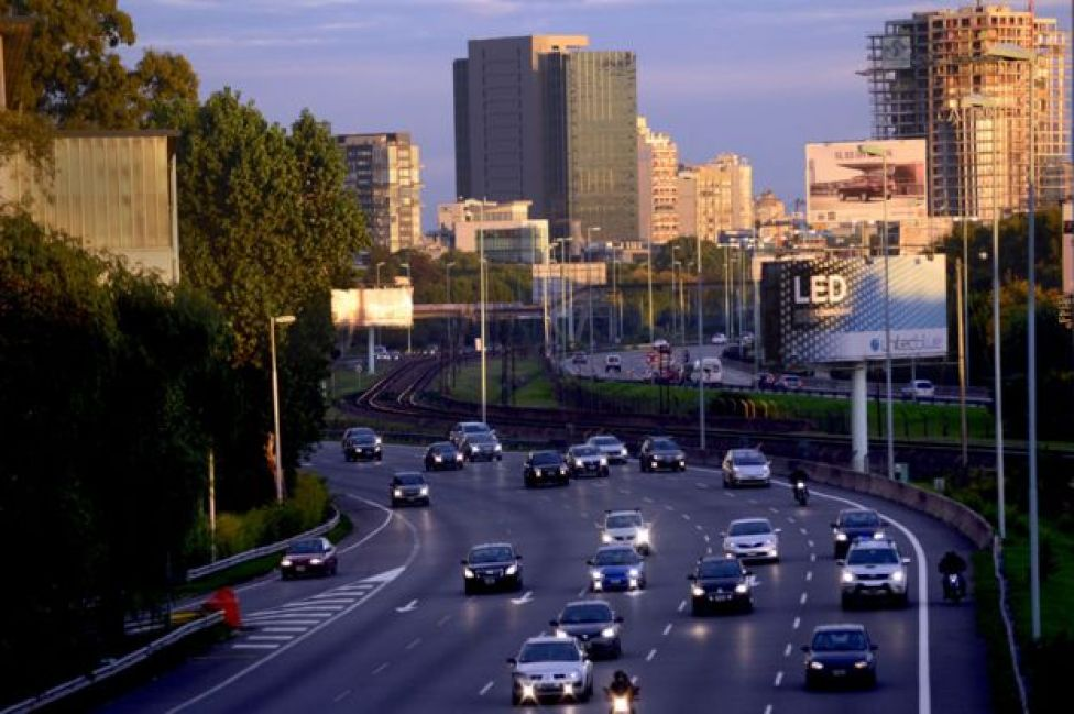 Autos en la avenida Lugones, en Buenos Aires