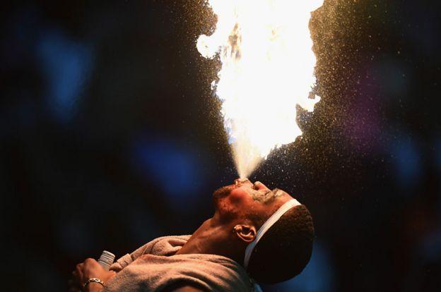 Hombre arrojando fuego de su boca.