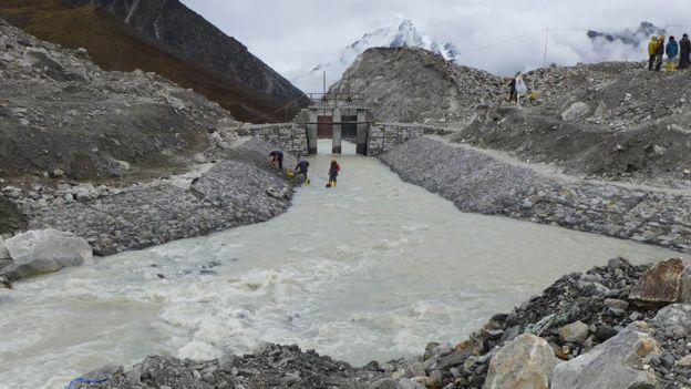 En Nepal, el ejército trabajó durante meses creando canales para drenar el lago glacial Imja, ante el riesgo de inundaciones.