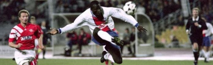 PSG George Weah (R) kicks the ball during the Champions league match Spartak Moscow - Paris-Saint-Germain, on September 28, 1994, in Moscow.