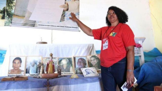 Sandra Braga diante de acervo histórico do Quilombo Mesquita