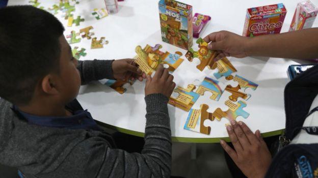 Seorang anak bermain puzzle.