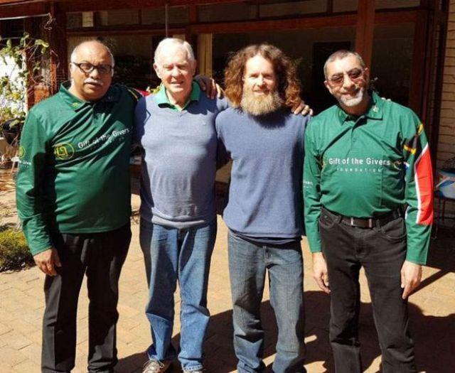 Stephen McGown, su padre Malcolm y miembros de la organización Gift of the Givers. (Foto: Gift of the Givers)