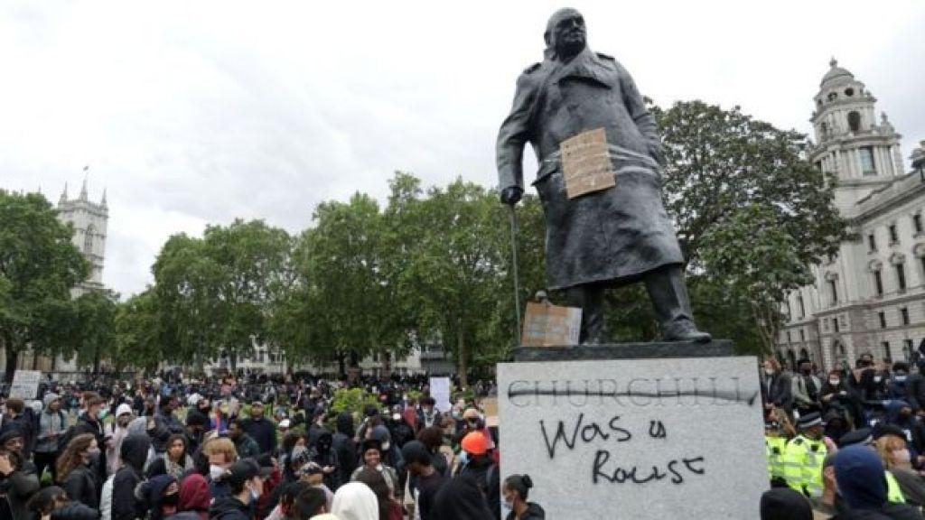 """تمثال رئيس الوزراء البريطاني السابق ونستون تشرشل وقد كتب عليه """"لقد كان عنصرياً""""، بعد مظاهرة أمام السفارة الأمريكية وسط لندن، في 7 يونيو/حزيران 2020"""