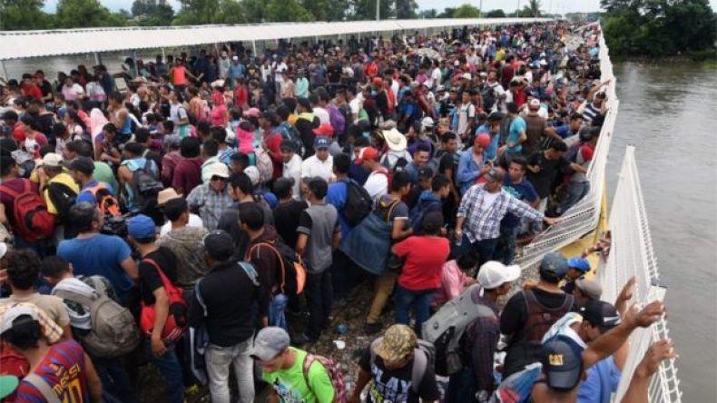 Multitud de la caravana en el puente en la frontera entre Guatemala y México.