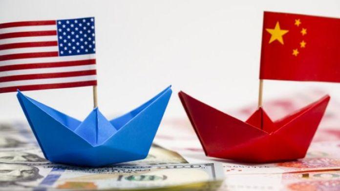 Maqueta con dos barcos de papel y las banderas de Estados Unidos y China.