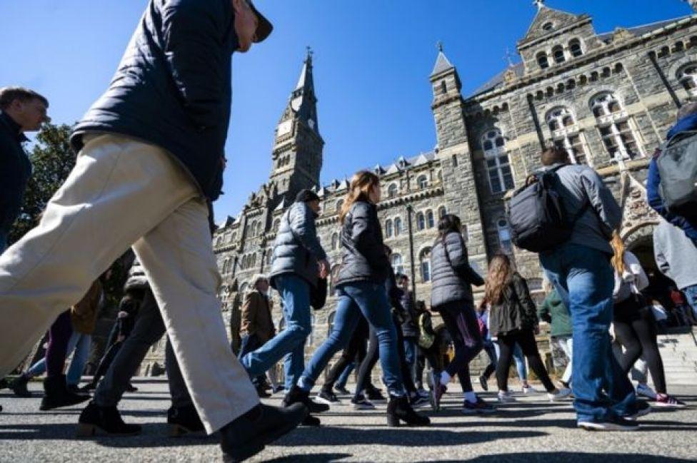 Estudantes potenciais fazem um giro pela Universidade de Georgetown, em Washington DC