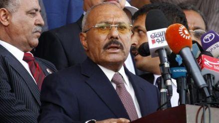File photo showing Yemen's ex-president Ali Abdullah Saleh (R) delivers a speech in Sanaa, Yemen (24 August 2017)
