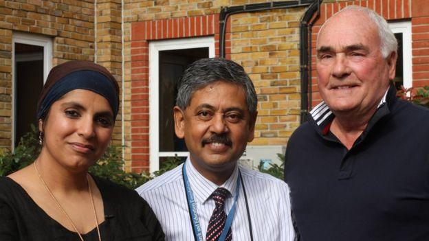 La doctora Saleyah Ahsan (quien habló con los afectados) junto al profesor Bhaskar Dasgupta (medio)