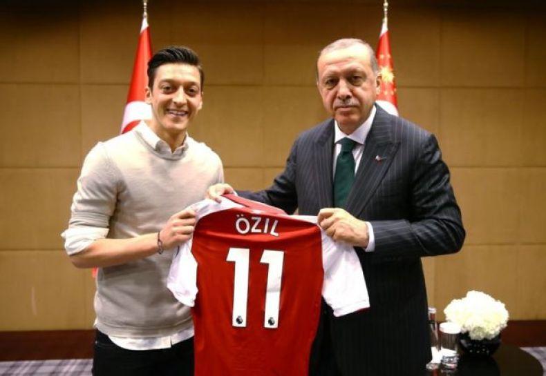 Esta imagen en la que aparece junto al presidente turco Recep Tayyip Erdogan detonó la polémica sobre Mesut Özil y su origen.