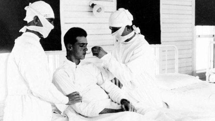 Des médecins traitent un patient atteint de la grippe à la Nouvelle-Orléans en 1918
