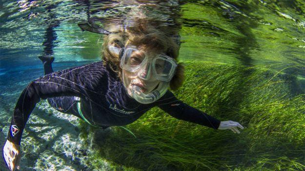 Mary Power nadando en un arroyo