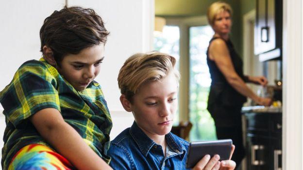 Desafio do desodorante, da camisinha, da cola: as ondas online que põem vida de crianças em risco 6