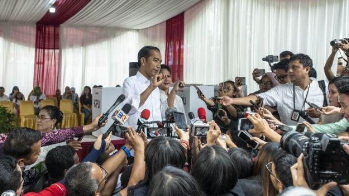 Wartawan mewawancarai Presiden Jokowi dan Ibu Negara Iriana