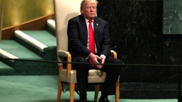 Trump sentado numa cadeira nas Nações Unidas em Nova York em setembro de 2018