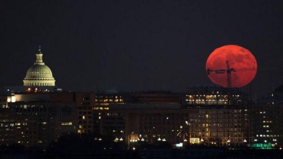 Superluna vista sobre Washington el 3 de diciembre de 2017