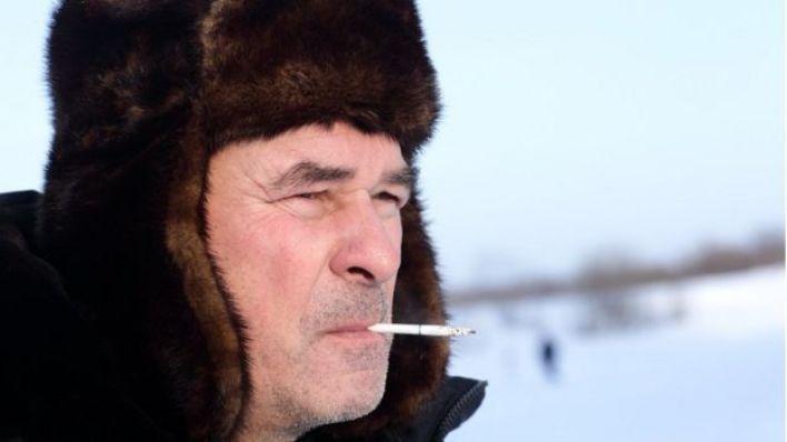 Un hombre ruso fumando.