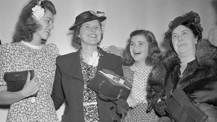 El día en que llegó de vuelta a Estados Unidos la fueron a recibir sus hermanas Eunice y Jean.