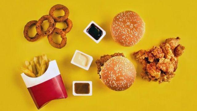 Junk food: batatas fritas, hamburgueres, cebolas fritas, frango frito...