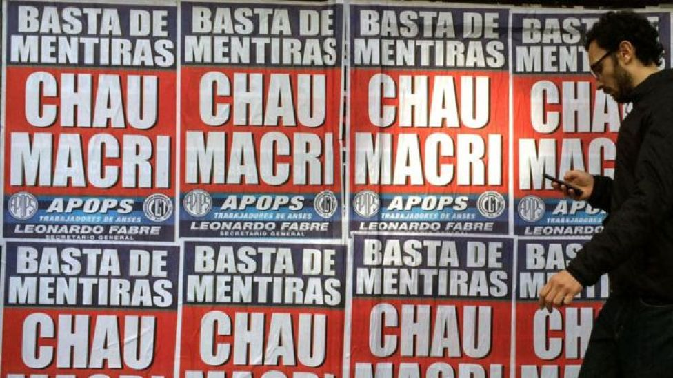 "Carteles que dicen ""Chau Macri""."