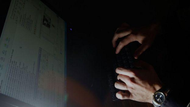 manos y computadora