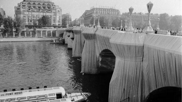 غلف الفنانان جسر بون نُف على نهر السين في باريس