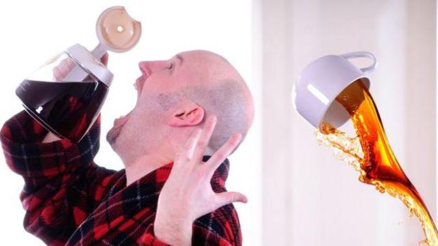 Imagem mostra homem tomando café direto do bule