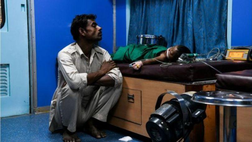 Homem indiano e seu filho de 10 meses, hospitalizado