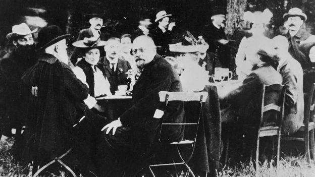 Participantes a la conferencia del Partido Socialdemocrático Alemán en 1913: la tercera de la izquierda es Rosa Luxemburgo, y al frente en el centro, su amiga Clara Zetkin